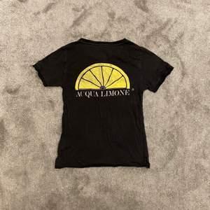 Säljer min aqua limone t-shirt i storlek XXS (sitter som XS man) eftersom att jag har växt ur den. Inte använd jätte mycket men det finns två pyttesmå hål vid vänster ärm (se bild 3) och därav priset.