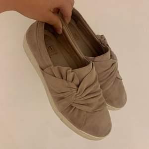 Ett par gammel rosa/beigea skor som inte används längre. Inga skador på skorna men är använda. Säljer först till kvarn men frakten står man själv för