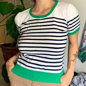 Jättefin tröja med fina färger! Materialet är runt och väldigt mjuk, så den är mysig att bära till allt. Knappt använd så är i väldigt fint skick🍀 Frakt inkluderat i priset!