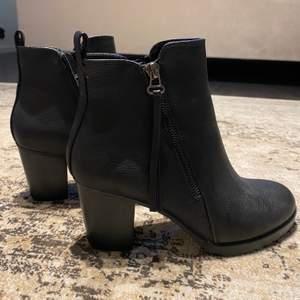 """Ett par klackar i storlek 38 från """"dinsko"""". Materialet är skinn/läder (inte äkta)! Oanvända fast väldigt bekväma skor. Köpare står för frakten!"""