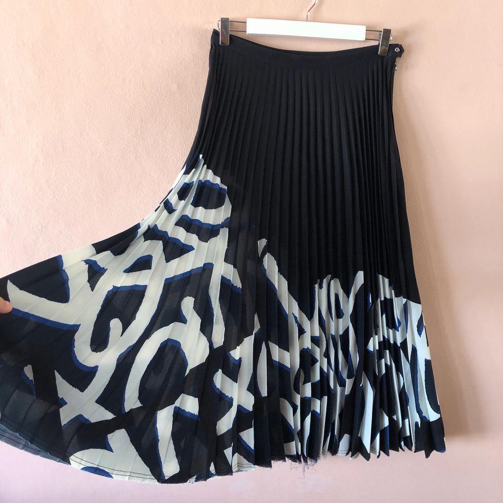 Superfin lång plisserad kjol från H&M studio. Använd kanske 2ggr. Säljer för att den inte kommer till användning.. Kjolar.