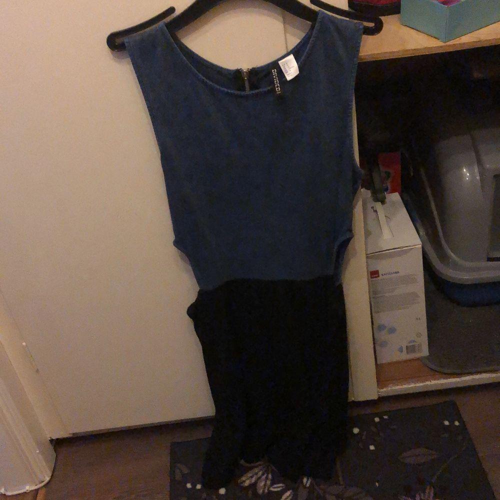 Jeans klänning storlek M :) aldrig använd bara testad , håll vid sidorna  höfterna ,magen . Mjuk vid de svarta och lite vidd . . Klänningar.