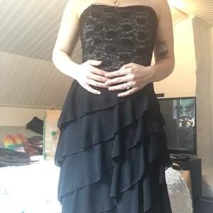 Axelbandslös finklänning. Har haft den i många år men är endast använd en eller två ggr. Köpare står för frakt.