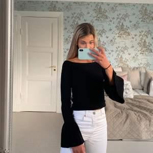 Säljer denna snygga svarta ribbade tröjan med volanger i ärmarna från Gina Tricot. Stretchigt och väldigt skönt material! Pris: 100 kr. FRAKT TILLKOMMER💗🧚🏼