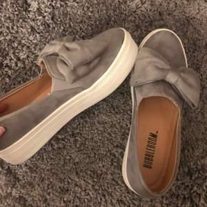Supersöta skor från bubbleroom men tyvärr för stora för mig och därför knappt använda.