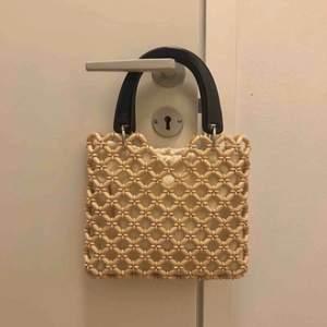 väska från topshop (originalpris 330kr)! säljer i och med att den ligger oanvänd :( har en avtagbar