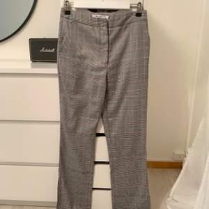 Super snygga kostymbyxor ifrån nakd med slits nertill😍sparsamt använda, har tyvärr för många byxor så måste sälja dessa vidare :( passar mig som är 160 och det är i storlek 36 men passar även 34🦋 90 kr + frakt (om fler är intresserade blir de budgivning)