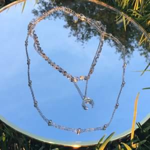 Ett jätte fint halsband i silver, det är tre olika kjedjor och det i mitten är det en måne på, man väljer vilken storlek man vill ha.