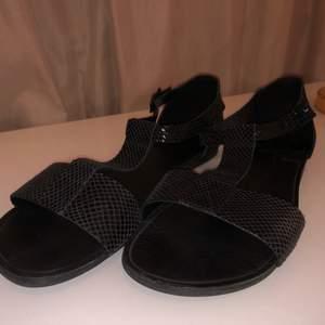 """Snygga sandaler med en """"ormskinns""""finnish från Vagabond i strl 41, använda fåtal gånger & i nyskick! Riktigt bekväma att gå i! Kan mötas upp i Göteborg annars står köparen för eventuell frakt:-)"""