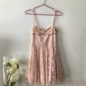 Fin klänning från Gina Tricot!  Bra skick, använd väldigt få gånger. 🌸