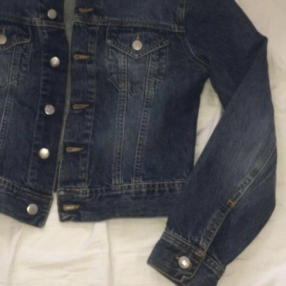 Jättefin jeansjacka i strl M. Lite för mörk för att passa mig och säljer den därför. Är i strl M men sitter perfekt på mig som är strl S i överdelar. Bjuder på frakten.💗💗. Jackor.