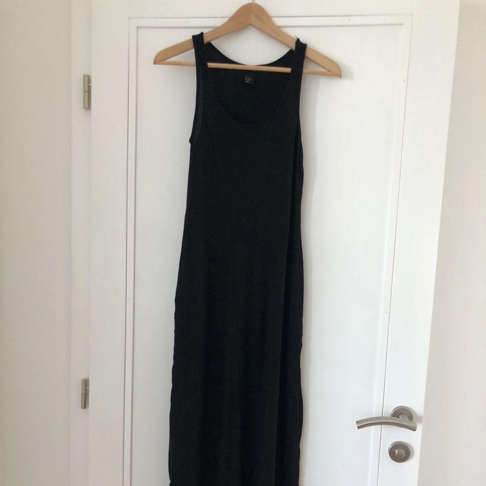 Långklänning i svalt tyg! Eventuell frakt står köparen för 🌼 hör av er om du vill ha fler bilder. Klänningar.