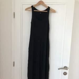 Långklänning i svalt tyg! Eventuell frakt står köparen för 🌼 hör av er om du vill ha fler bilder