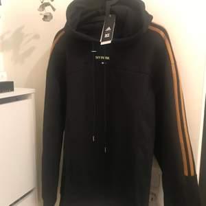 Unisex oversize hoodie från Beyonces kollektion Ivy Park x Adidas. Helt ny med tag och kvitto kvar. Passa på att köpa innan den skickas tillbaka till Adidas.