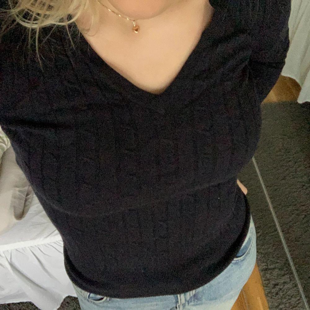 En marinblå v-ringad stickad tröja från gant. Sparsamt använd så är i mycket bra skick. Nypris cirka 1200kr. Frakt tillkommer! 🚚. Stickat.