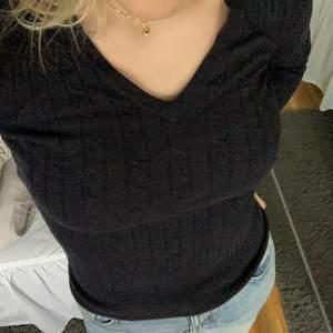 En marinblå v-ringad stickad tröja från gant. Sparsamt använd så är i mycket bra skick. Nypris cirka 1200kr. Frakt tillkommer! 🚚