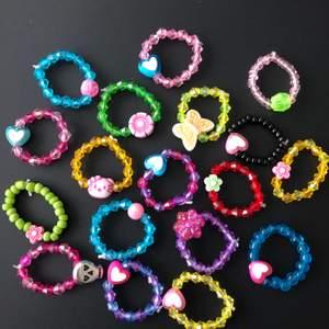 pärlade ringar i härliga färger! 20kr/ styck, köper man fler blir det billigare🌈💖✨