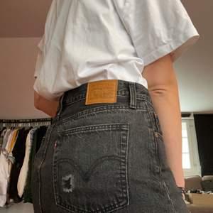 Jag säljer nu min fina jeanskjol från levi's. Den är kortare i modellen. Perfekt till vardag och fest! 100kr!
