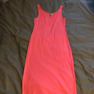Klänning från hm i strl S. Lång och tajt i modellen. Skrik rosa färg . Använda ett flertal gånger, jag tycker att denna klänning är super snygg att använda utomlands som en strand klänning som jag gjort.
