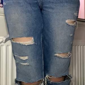 Strl. 38, blå jeans med hål, knappar inte blixtlås. Använda några få gånger men inga täcken på användning. Säljer pga för korta för mig. Jag är 170 cm lång annars passar den ganska bra för mig som brukar ha 38 på byxor. För mer bilder skriv dm . Från H&M 🥰 Frakt ingår!!