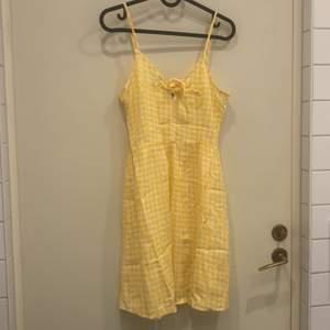 Så gullig klänning från hm som bara är använd ca 2 gånger, så väldigt fint skick! Storlek 36, men passar även 34! Den är lite mer orangegul i verkligheten! Priset är inklusive frakt!