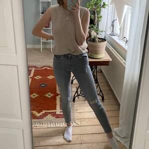 Säljer dessa gråa jeans från zara💜  passar bra i längden för mig som är 167 cm, men lite små i storleken 💜  har gått sönder lite vid ena skärpfästet därav det lägre priset💜