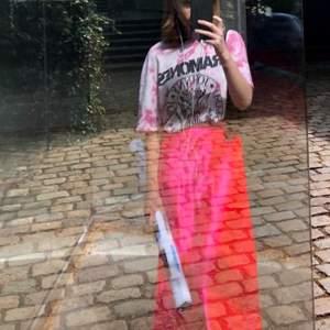 Jättefin starkt rosa kjol i midilängd