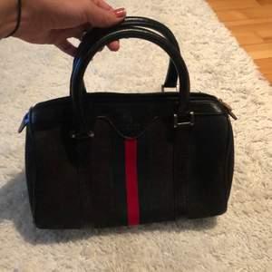 Liten handväska den har tyvärr inget axelband och fler bildern kan skickas om det behövs!