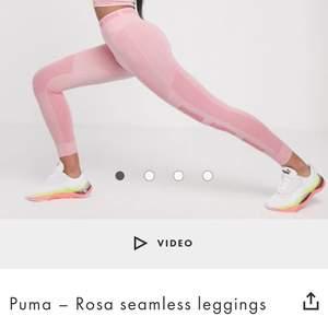 Träningstights från Puma i ljusrosa. Framhäver benens muskler väldigt snyggt. Köpta secondhand av en tjej som använt de 2 gånger. Tyvärr är de för stora i midjan för mig så behöver tyvärr sälja dem vidare. (Lånade bilder)