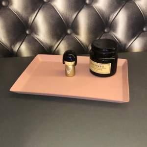Super sött rosa fat som man kan ha i sin indredning lite vart som helst:) buda från 39kr, jag uppdaterar när priset höjs :)