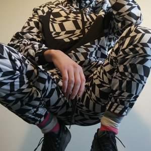 Whats UP! 😉 Nike AOP (All Over Print) overall/tracksuit, köpt på caliroots för 2000kr. Har används väldigt lite. Ser helt nya ut. Går bra ihop med shaqnosis skorna som Will Smith hade på sig i MIB😉