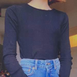 en jättefin långärmad ribbad svart tröja från H&M. jättebra skick. Kontakta mig och skriv ditt bud/fråga. Köparen står för frakten. :) hör av dig för fler bilder ✨