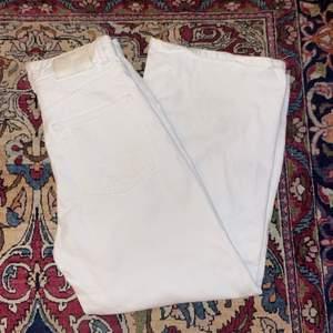 Snygga vita vida och raka jeans från Pull and bear tyvärr för små för mig köparen står för eventuellt frakt