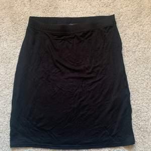 Säljer denna boohoo kjolen från boohoo då dne aldrig kom till användning. Frakten ingår i priset🥰