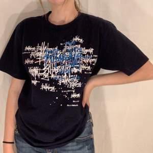Svart T-shirt med vitt och blått tryck från Billabong. Fint skick :)