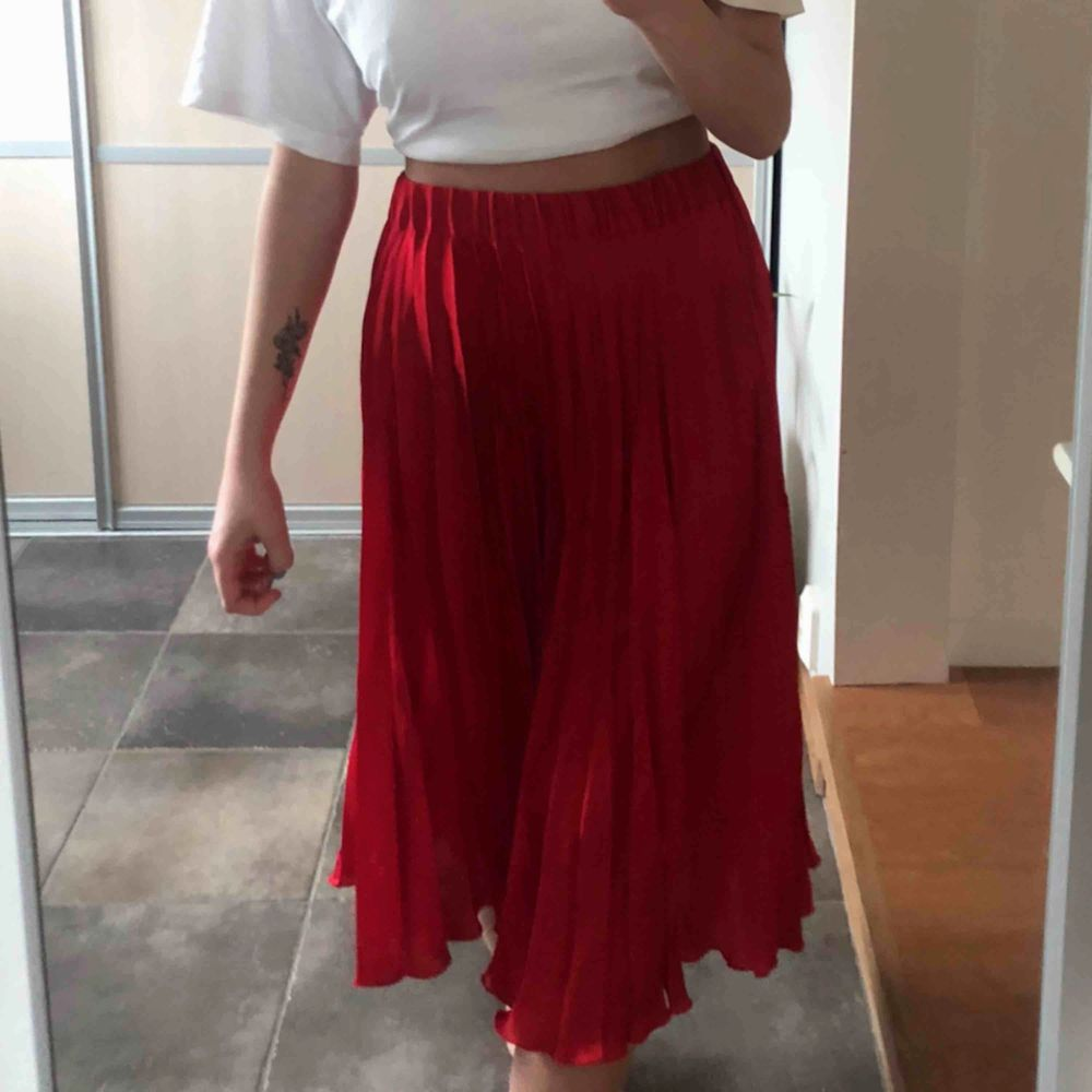Frakt ingår i priset! En jättefin röd plisserad kjol från Gina Tricot. Finns inte kvar i sortimentet! Använd ett fåtal gånger, alltså så gott som nyskick. Eftersom det är resår i midjan skulle jag säga att den även passar för small✨. Kjolar.