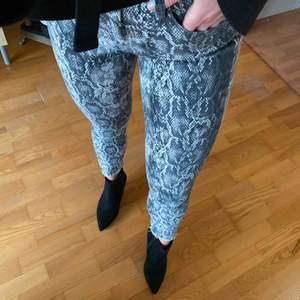 Säljer dessa ursnygga ormskinnsjeans från Zara!🐍🖤 piffar verkligen upp en outfit! Dessutom perfekt skick! Använd 1 gång. Säljes pga blivit för små för mig. Kan mötas upp i gbg/Sthlm (åker dit i helgen)