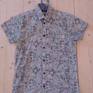 Mönstrad kortärmad skjorta från Jack & Jones. Storleken är Small. Använd men i gott skick utan fläckar, hål osv. Fri frakt.