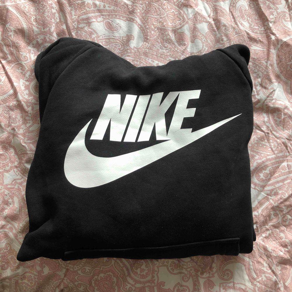 säljer denna nike hoodien pga att jag köpt en snarlike nike hoodie som jag gillar mera⚡️ köpt för 400kr, pris kan diskuteras även så frakt❤️. Huvtröjor & Träningströjor.