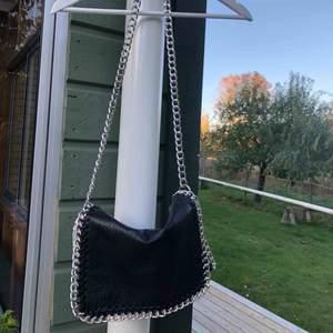 Väska från Tiamo. Har även fack inuti.  Köparen står för frakt.