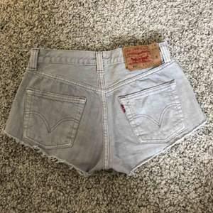 Gråa jeans shorts från Levis, modell 501, mycket fint skick!