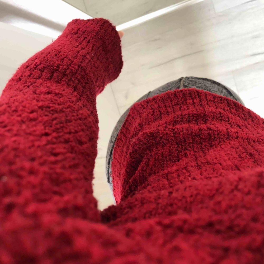 Vinröd stickad tröja med utsvängda armar. Mysigt material, mycket stretch, 36-38. V-ringad. Bra skick inga märken på användning. Hör av er vid intresse , fraktar &möts upp 🥰. Huvtröjor & Träningströjor.