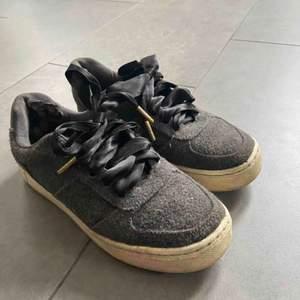 Snygga skor från H&M med sidenband som skosnören! Rätt så slitna därav priset😊😊
