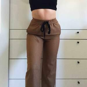 skitsnygga typ kostymbyxor ifrån zara med rutmönster!! säljes då de blivit för små :/ använda 3-4 gånger så i perfekt skick :)