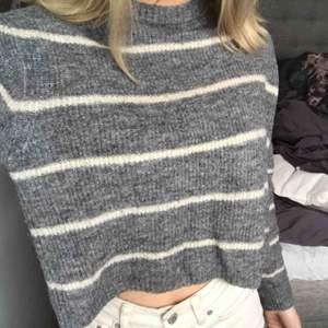 Så fin randig stickad tröja i storleken XS. Använd bara någon enstaka gång! Kan mötas upp i Uppsala eller frakta men då tillkommer frakten🥰