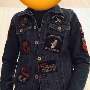 Jeansjacka som jag själv har sytt på olika rockpatches på. 11 olika band allt från IRON MAIDEN, KISS, Dio SCORPIONS till AC/DC. fodrad och går att ha som höst/vårjacka. Prutbar