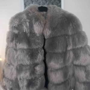 Köpte denna jacka med konstgjord päls för 1500kr men endast använd 2 gånger. Missfärgning vid kragen, fick den levererad så. Storlek S  Pris går att diskuteras!!