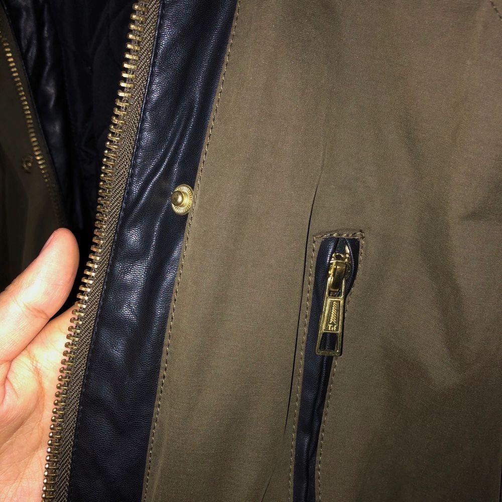 Säljer nu min sjukt snygga jacka från Zara. Den är mörkgrön/brungrön och har snygga gulddetaljer samt detaljer i fuskläder. Den är fodrad så perfekt för höst/vår. Använd men i bra skick! Frakt tillkommer!. Jackor.