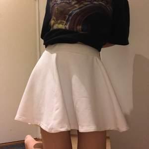Sötaste vita kjolen, storleken är 36 men skulle även kunna passa 34 o 38💕. Kan mötas upp i GBG☺️