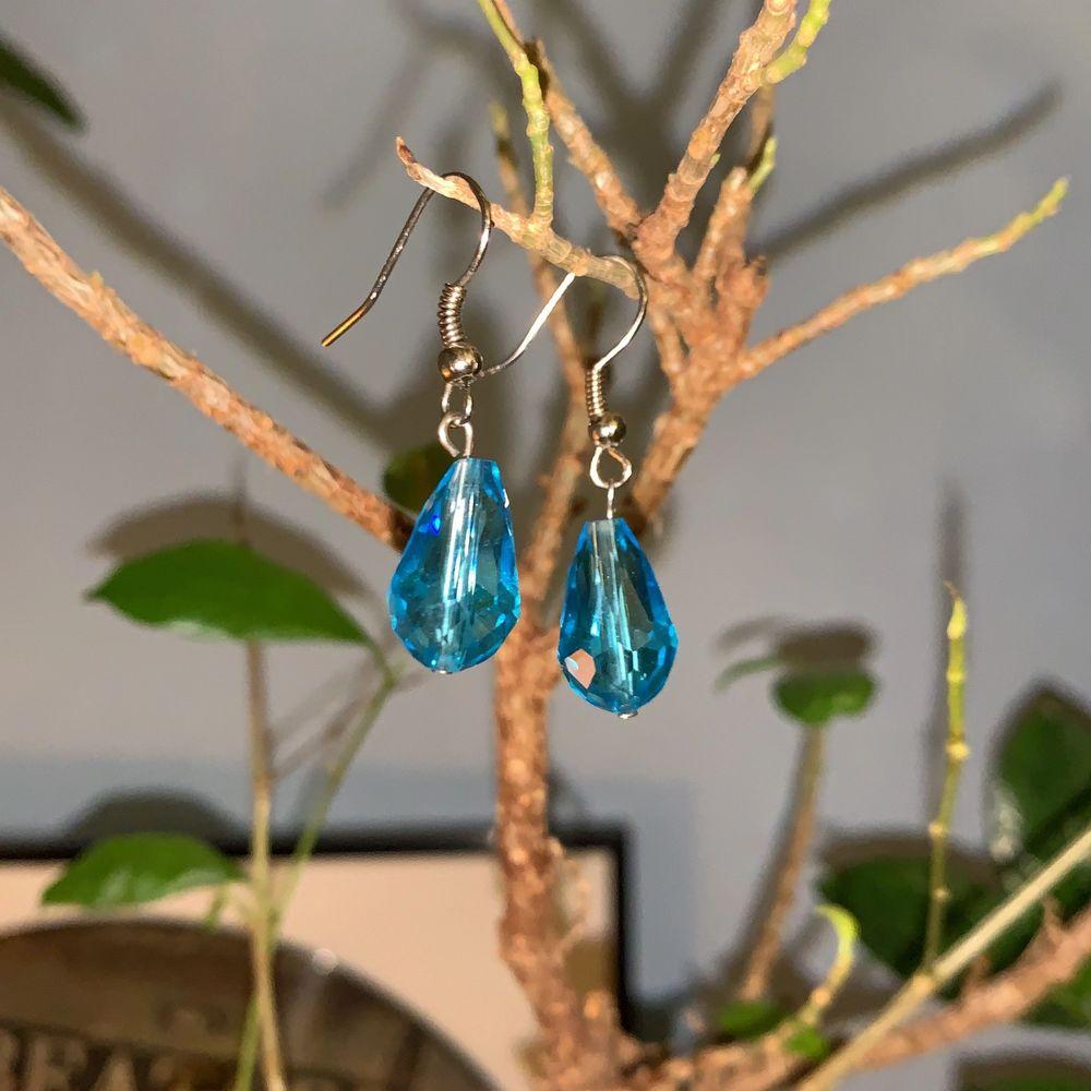 Handgjorda örhängen i glas jag köpte på en marknad i Spanien. Säljer då krokörhängen inte sitter rätt på mina örsnibbar! BLOMMIGA SÅLDA, blå kvar ♥️ 45 kr!. Accessoarer.